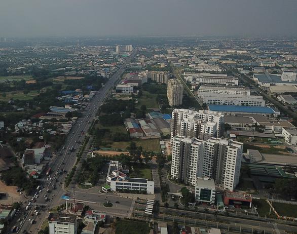 Quốc lộ 13 đoạn qua cổng khu công nghiệp Việt Nam – Singapore (VSIP 1) thuộc thành phố Thuận An, tỉnh Bình Dương - Ảnh: QUANG ĐỊNH